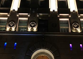 portes et logo de l'édifice price
